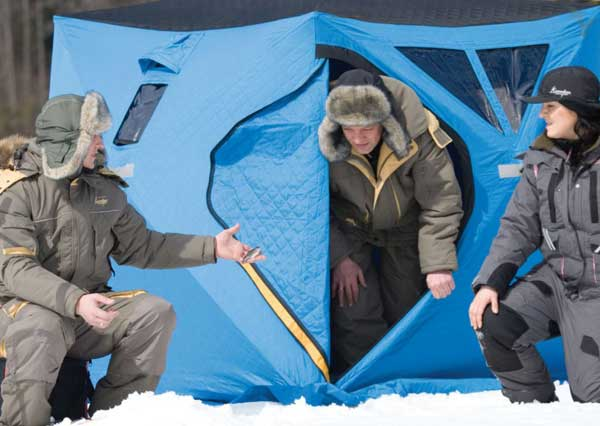 Осмотр зимней палатки для рыбалки